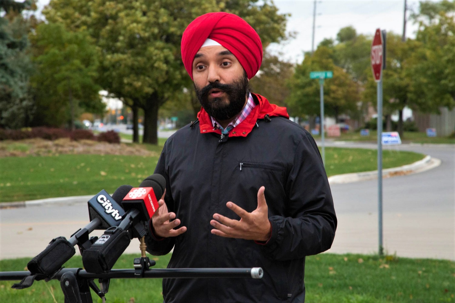 Navdeep Bains crashes Jason Kenney appearance in Brampton, sparking confrontation